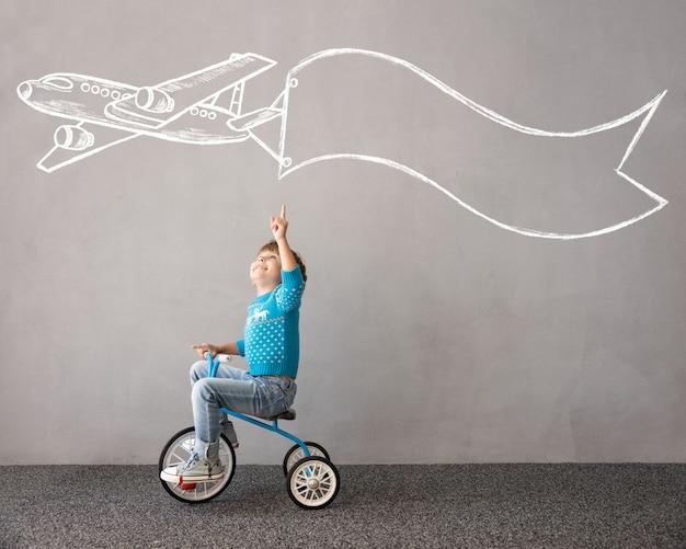 Heureux enfant portant un costume de noël kid riding bike concept de vacances de noël