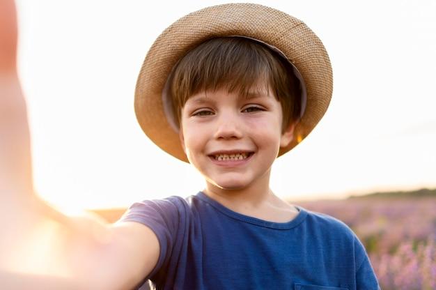 Heureux enfant posant à l'extérieur