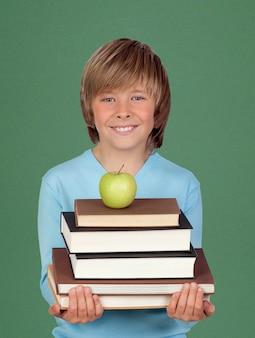 Heureux enfant tenant des livres et une pomme