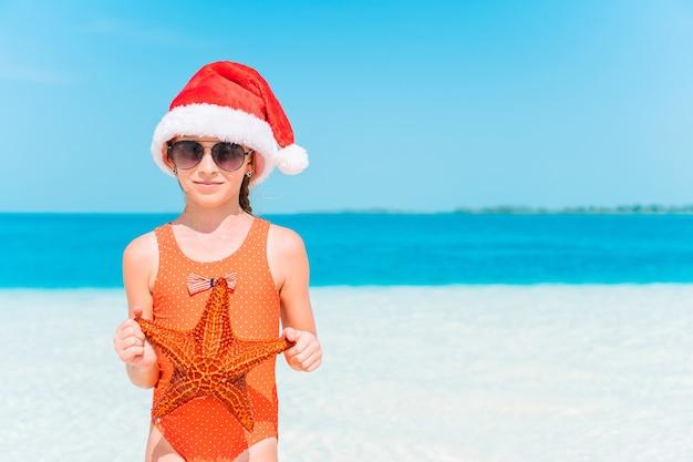 Heureux enfant en vacances de noël sur la plage