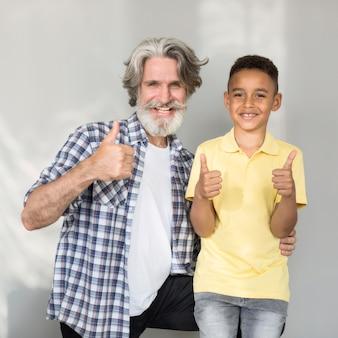 Heureux enseignant et étudiant posant