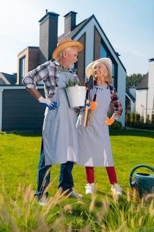 Heureux ensemble. fier confiant beau couple se sentant parfait ensemble tout en se tenant dans le jardin