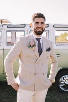 Heureux époux souriant portant un costume