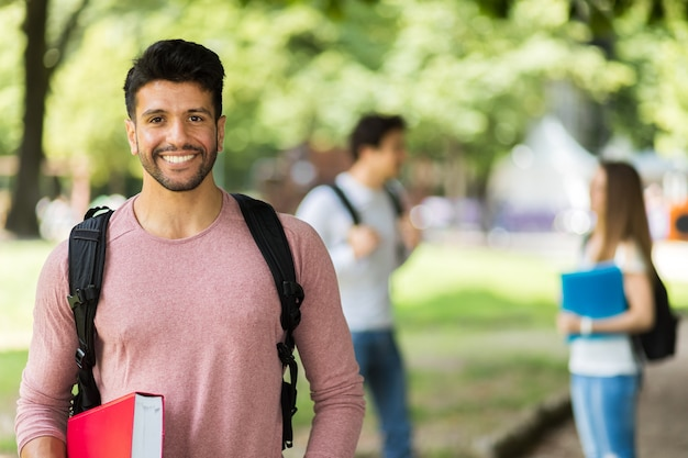 Heureux étudiants en plein air souriant