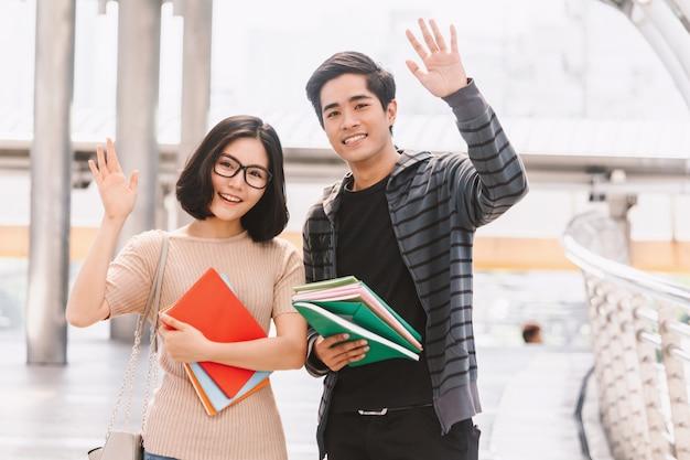 Heureux étudiants qui vous saluent et vous disent bonjour