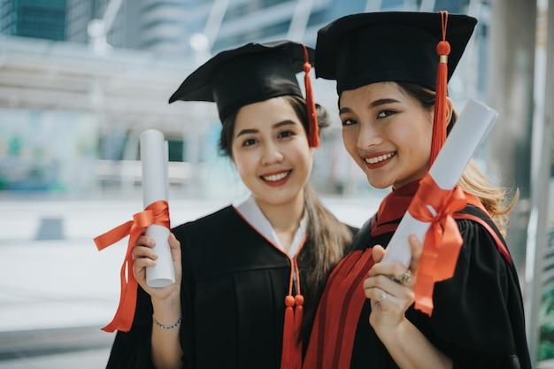 Heureux étudiants titulaires de diplômes
