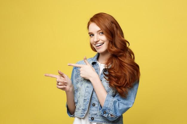 Heureux excité cuacaisan tourist girl pointage doigt sur l'espace de la copie