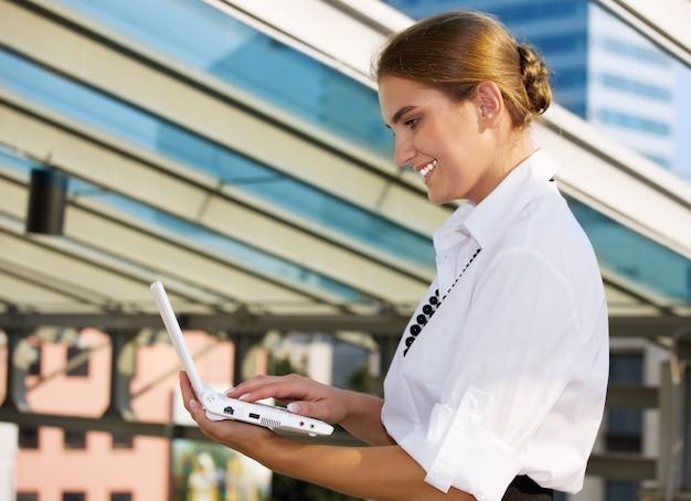 Heureux, femme affaires, à, ordinateur portable