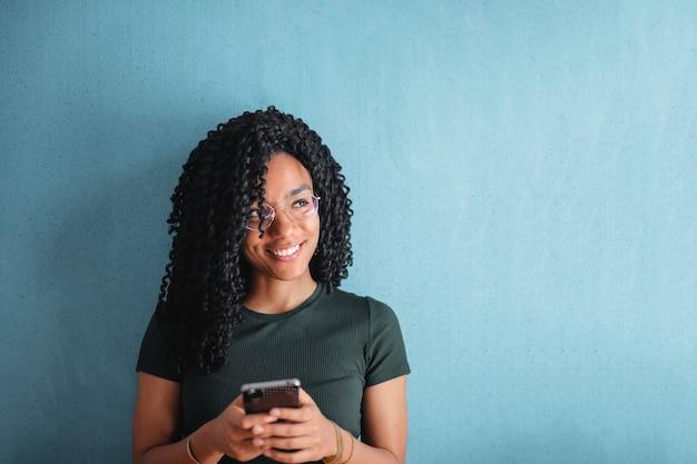 Heureux femme afro textos