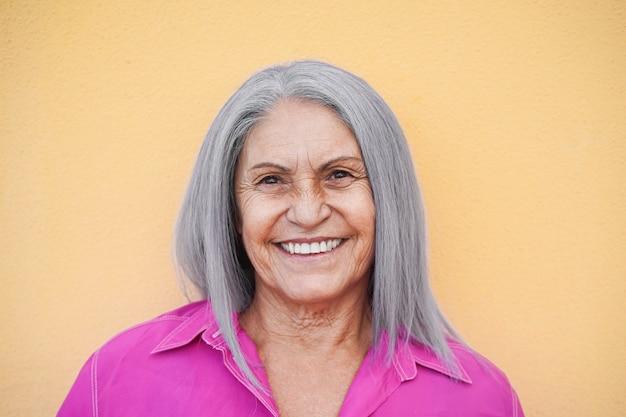 Heureux, femme aînée, sourire, et, poser