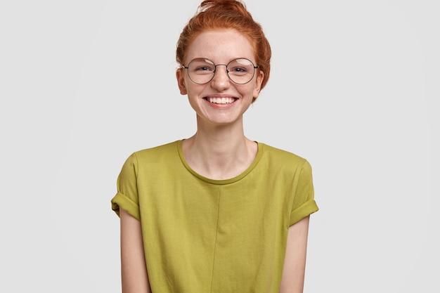 Heureux femme souriante au gingembre aux dents blanches