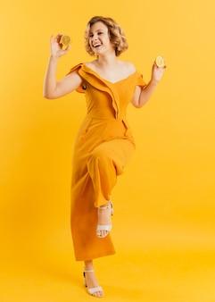 Heureux, femme, tenue, citron
