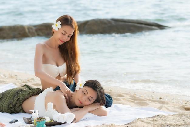 Heureux les femmes asiatiques se détendre sur la plage