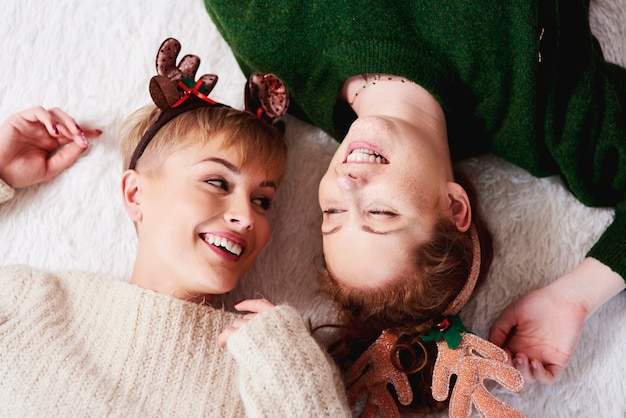 Heureux les filles allongées sur le lit