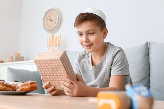 Heureux garçon célébrant hanoucca à la maison