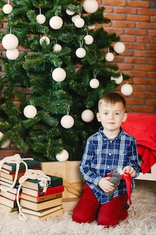 Heureux garçon jouant de l'arbre