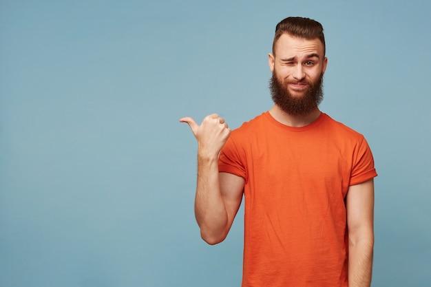 Heureux gars barbu pompeux et arrogant isolé sur bleu