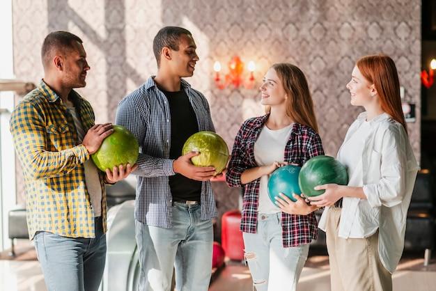Heureux gens debout dans un club de bowling