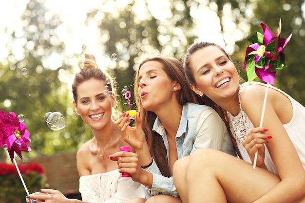 Heureux groupe d'amis assis à l'extérieur