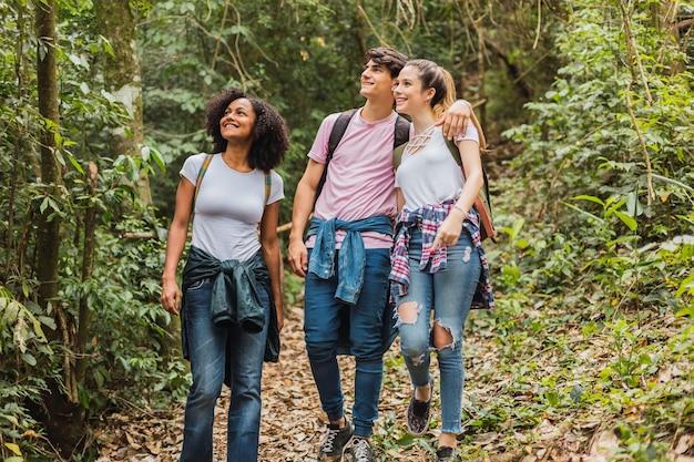 Heureux groupe d'amis marchant ensemble et profitant de la journée