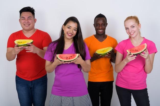 Heureux groupe diversifié d'amis multiethniques souriant