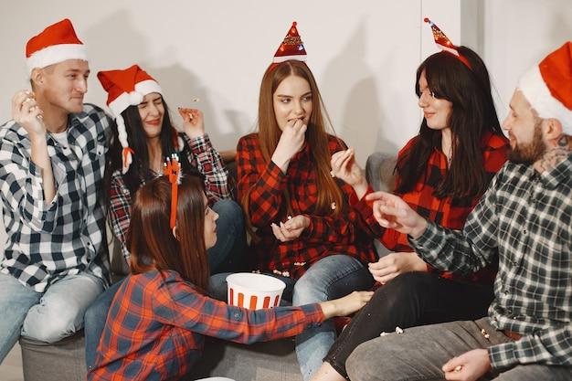 Heureux de groupe jeune en fête.