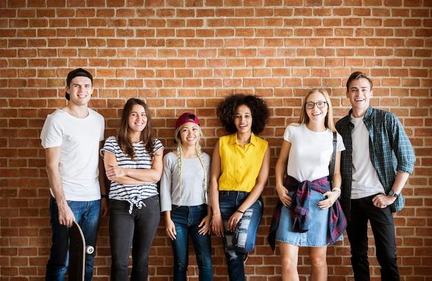 Heureux groupe de jeunes adultes d'amis concept de culture de la jeunesse
