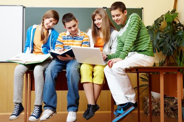 Heureux groupe de jeunes qui étudient ensemble
