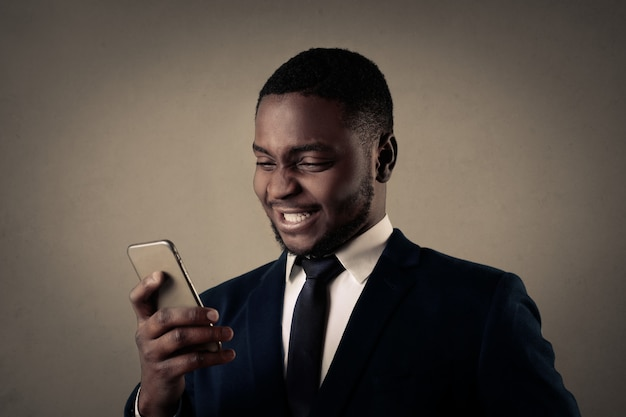 Heureux homme d'affaires afro
