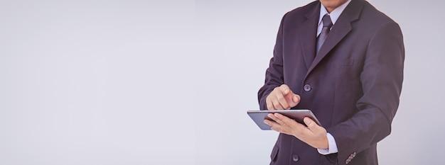 Heureux homme d'affaires à l'aide de tablette numérique