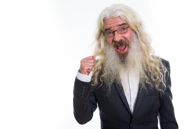 Heureux homme d'affaires barbu senior souriant