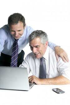 Heureux homme d'affaires sur les bonnes ventes d'ordinateur