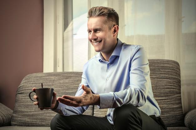 Heureux homme d'affaires avec un café