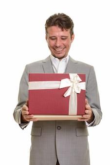 Heureux homme d'affaires caucasien ouvrant la boîte-cadeau prêt pour la saint-valentin
