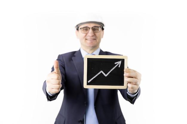 Heureux homme d'affaires détient signe avec flèche vers le haut des citations d'huile montantes comme signe