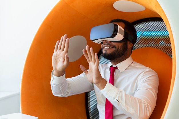 Heureux homme d'affaires excité avec l'expérience de la réalité virtuelle