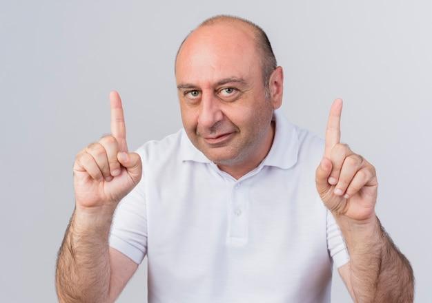 Heureux homme d'affaires mature occasionnel regardant la caméra et levant les doigts isolé sur fond blanc