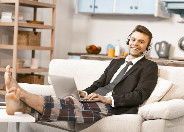 Heureux homme d'affaires parlant avec des clients de la maison