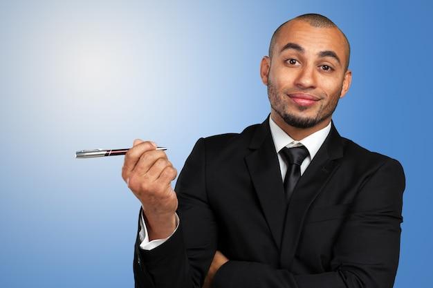 Heureux homme d'affaires prospère pointant dans l'espace de la copie