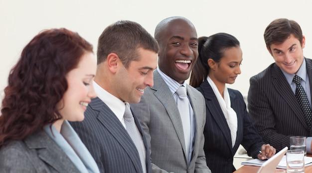 Heureux homme d'affaires travaillant dans une réunion
