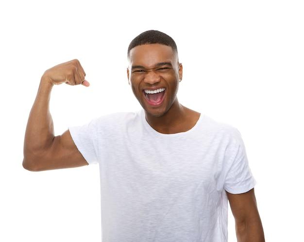 Heureux homme afro-américain flexion musculaire du bras
