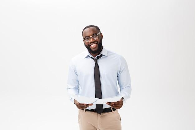 Heureux homme afro-américain tenant papier document sur fond blanc isolé