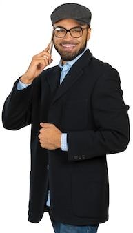 Heureux homme afro-américain utilisant un téléphone portable