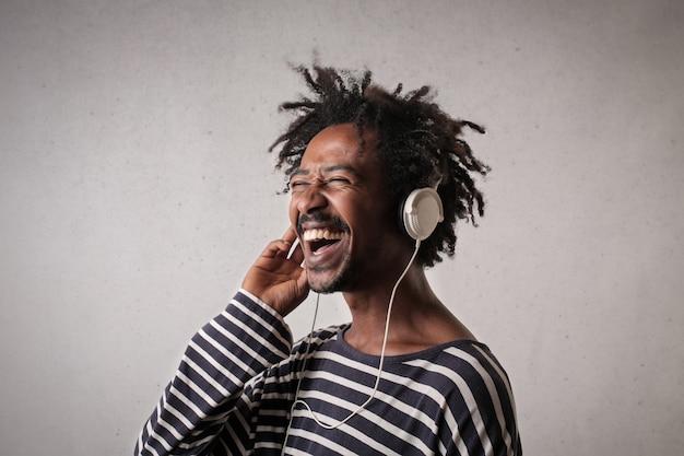Heureux homme afro écoutant de la musique