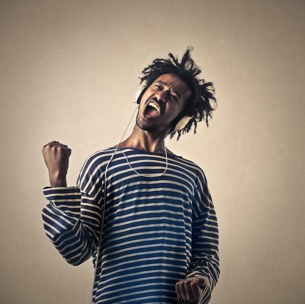 Heureux homme afro qui danse