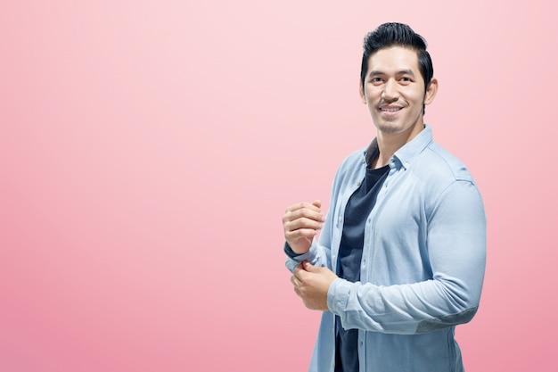 Heureux homme asiatique avec une chemise bleue