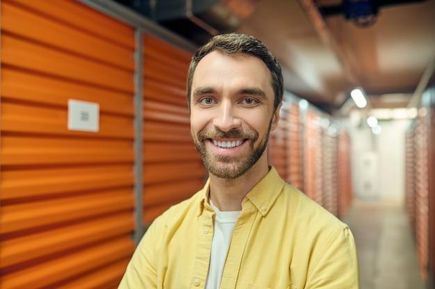 Heureux homme au sous-sol près des boîtes