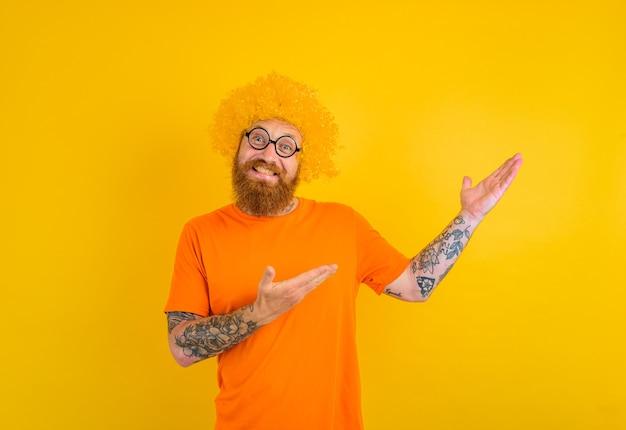 Heureux homme avec barbe perruque jaune et lunettes