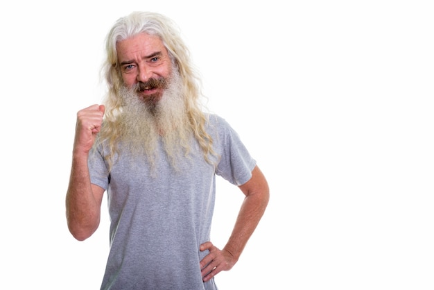 Heureux homme barbu senior souriant
