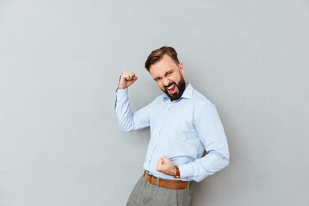 Heureux l'homme barbu en tenue professionnelle se réjouit